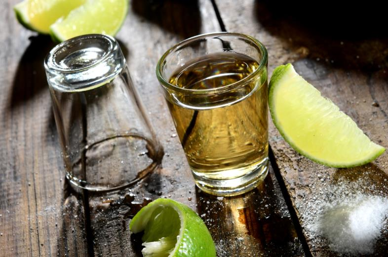 ly ruou tequila va 2 lat chanh